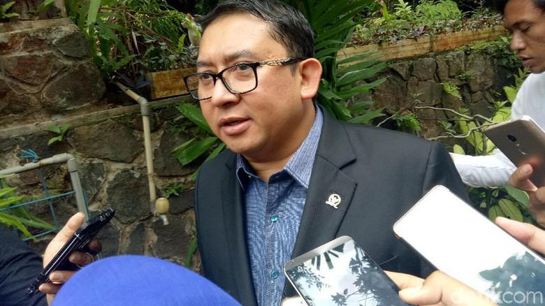 Dukung Ketua BEM UI, Fadli Zon Tulis Sajak Peluit Kartu Kuning