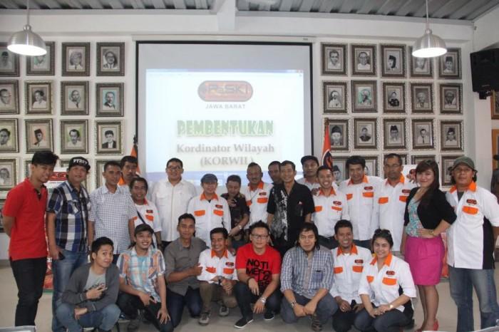 http://fadlizon.com/uploads/berita/Rapat-Persatuan-Seniman-Komedi-Indonesia-700x466.jpg